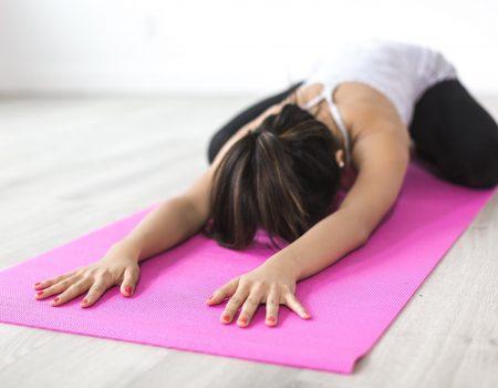 mujer sobre mat de yoga color rosa violeta para artículo de Mejor hora para ejercitarse