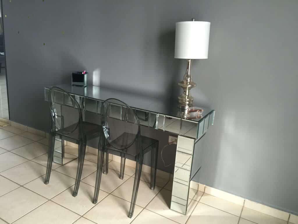 consola de espejos hecha en casa ya terminada e ilustrada con dos sillas en acrílico