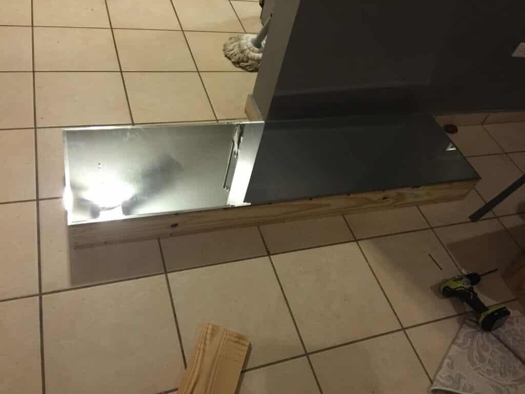 tope de un marco de madera para una consola de espejos cubierto con espejo