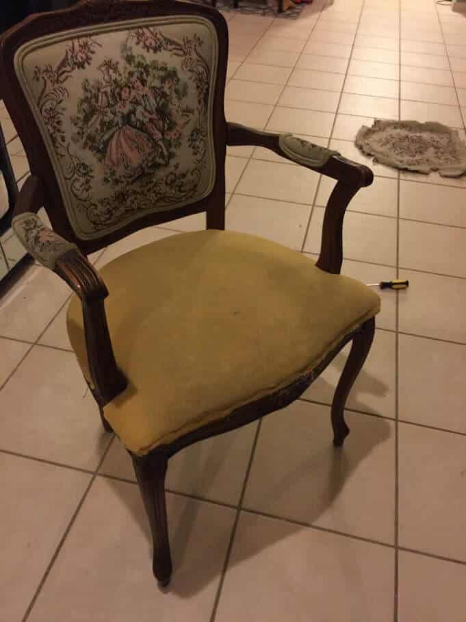 butaca victoriana con foam expuesto en el asiento