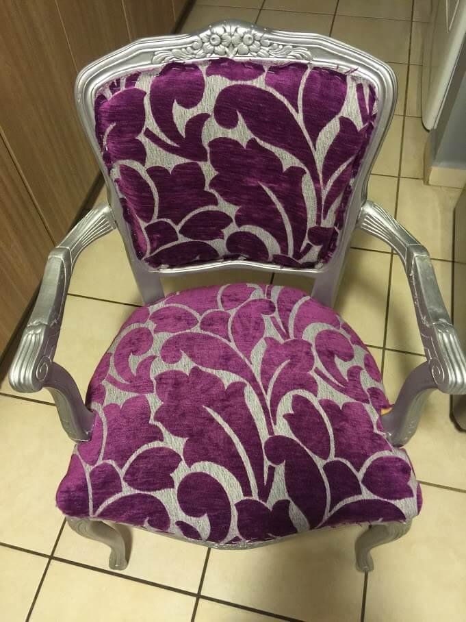 butaca victoriana pequeña tapizada con tela estampada color violeta y gris