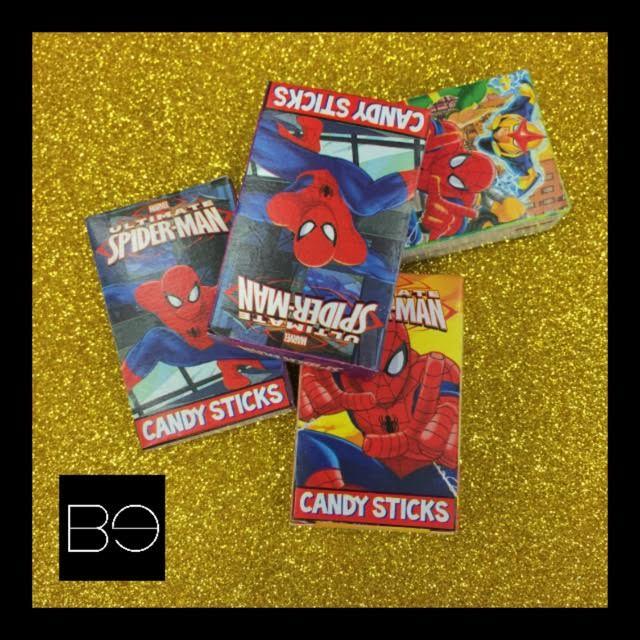 cuatro cajas de candy sticks con caricaturas en la parte del frente