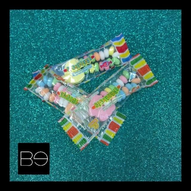 dulces de colores formando pulseras y collares