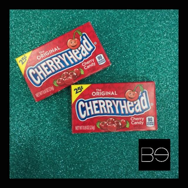 cajas rojas con dulces cherry heads