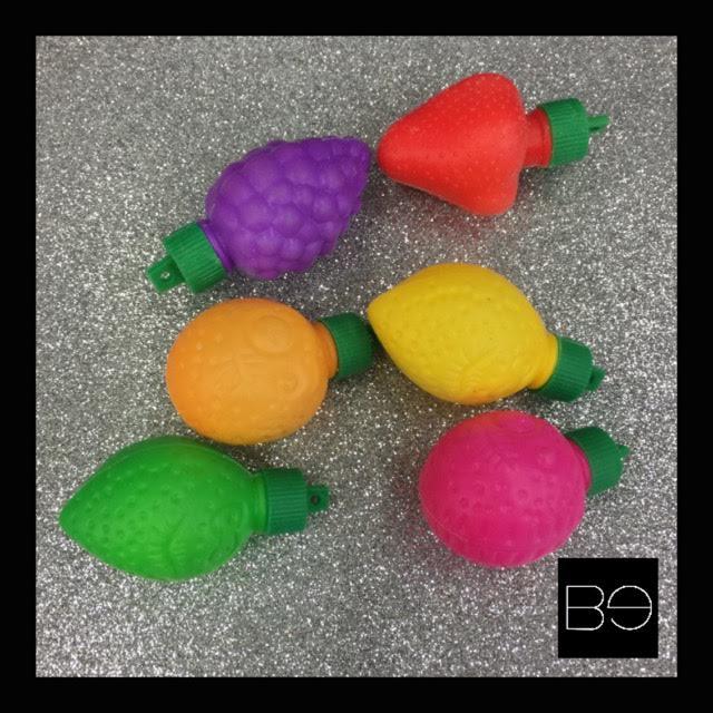 dulces en forma de frutas de diferentes colores