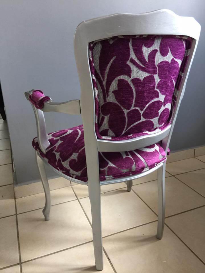 parte de atrás de butaca recién tapizada en tonos gris y violeta