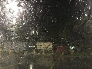 cristal del carro con gotas de lluvia