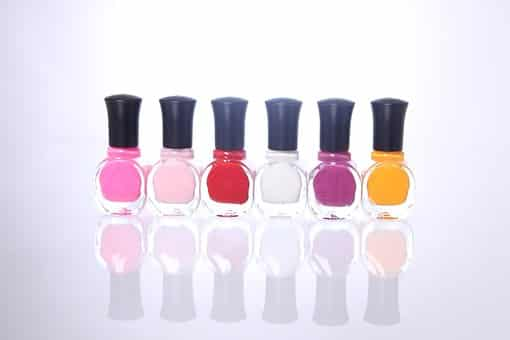 seis esmaltes de uñas de diferentes colores