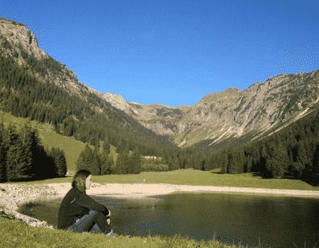 mujer frente al lago en Alemania