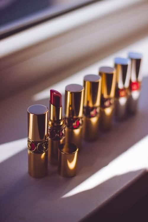 lápices labiales rojos para ilustrar cuándo caduca el maquillaje