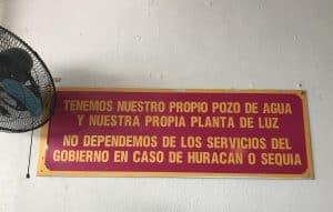 letrero rojo y amarillo
