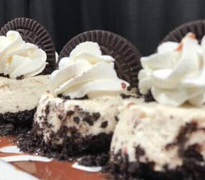 mini cheesecakes de Oreo con whipped cream y galletas