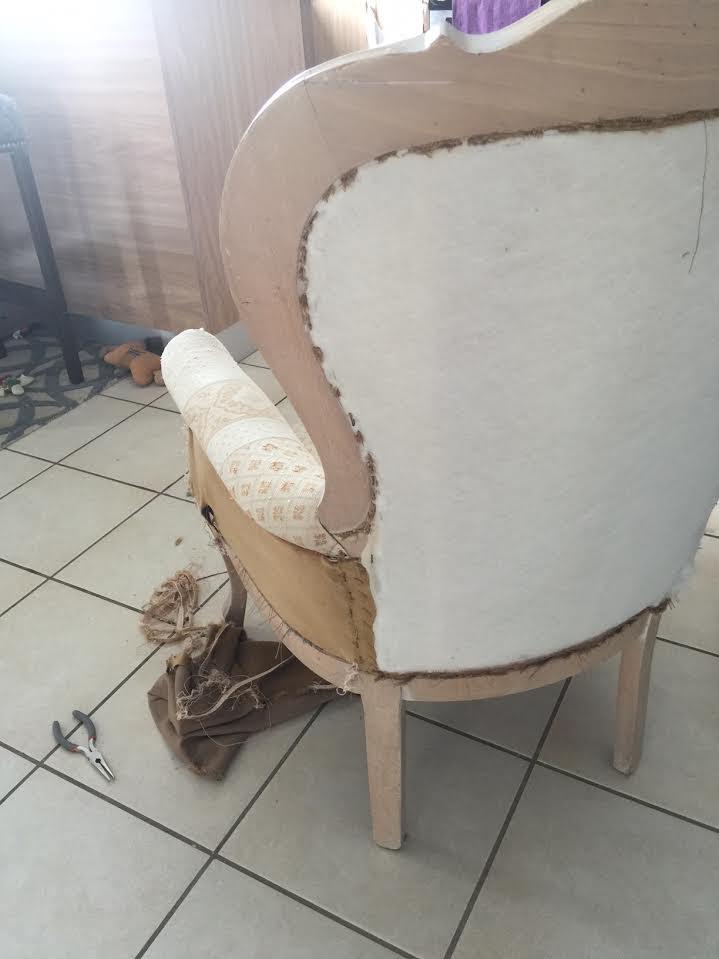 butaca victoriana al inicio de proceso de tapizado