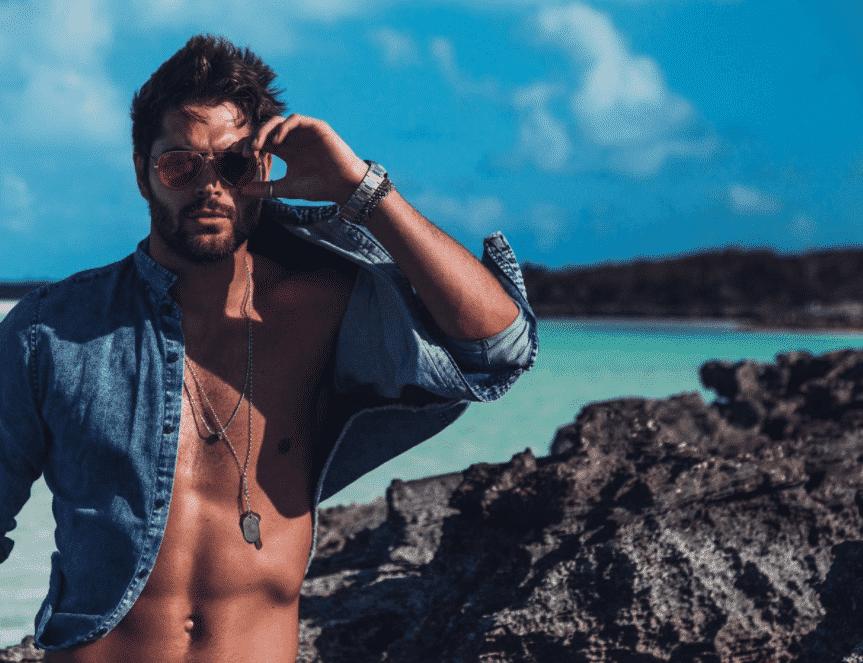 Modelo sexy Nate Bateman frente a la playa