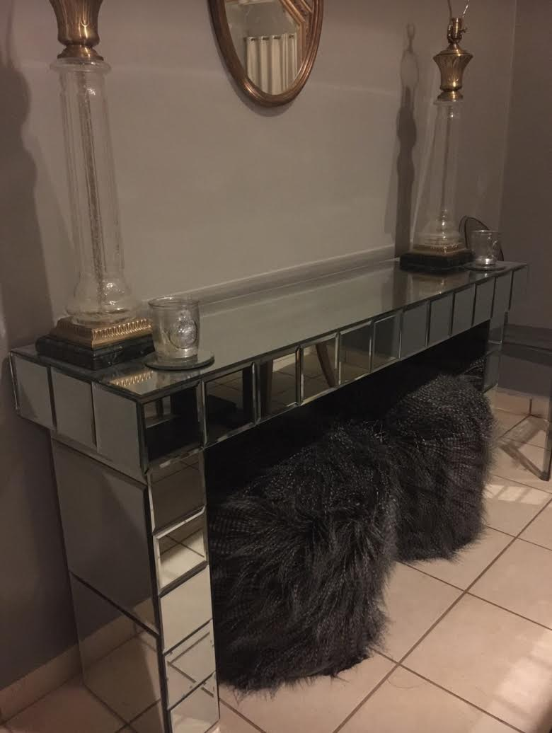 Mirrored Entryway Table With Lamps On Top Of It