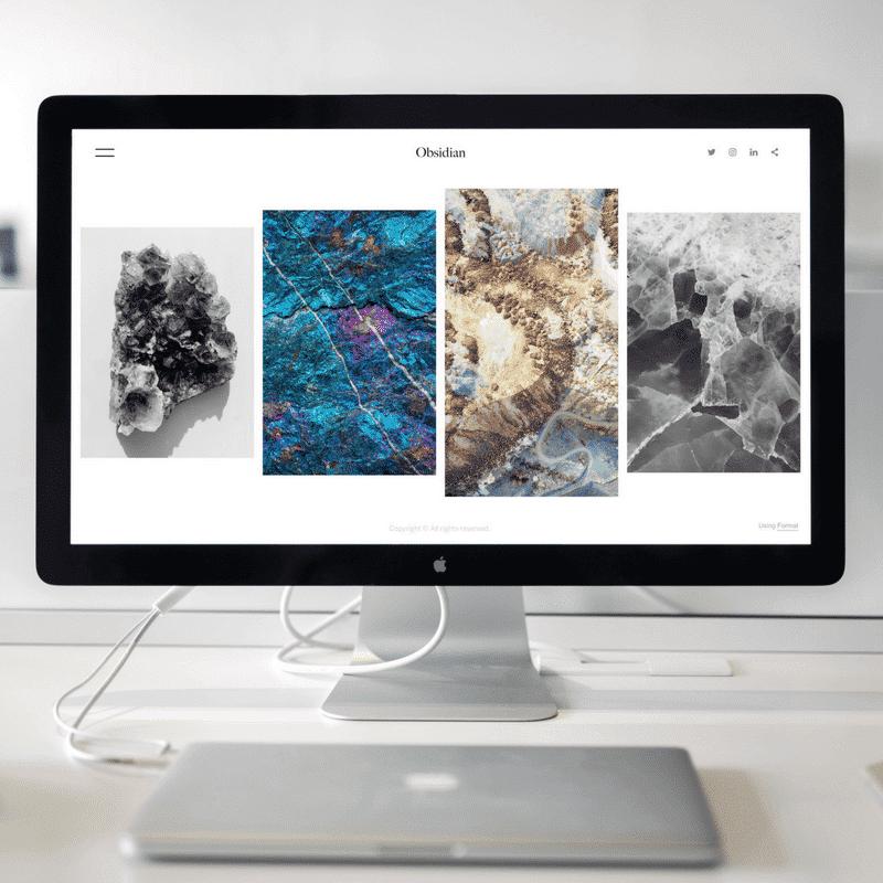 computadora mostrando cuatro imágenes